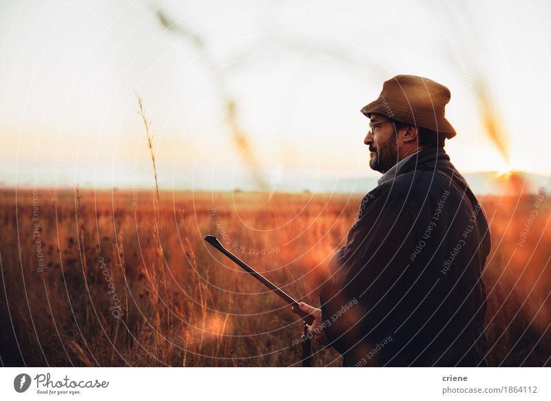 Jäger, der über Jagdreise lächelnd und zufrieden gestellt ist Mensch Frau Natur Mann Tier Freude Erwachsene Lifestyle Sport Gras Spielen Glück wild