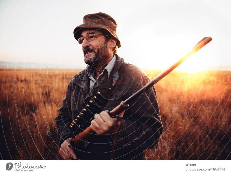 Hunter freut sich über seine Beute in der Wildnis und lächelt Glück Sport Erfolg Mann Erwachsene Landschaft Tier Wärme Gras Lächeln tragen wild Leidenschaft