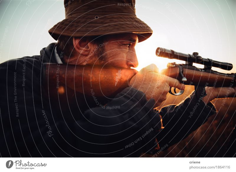 Detail des Jägers, der durch seinen Scharfschützen schaut Mensch Natur Mann Landschaft Tier Erwachsene Umwelt Senior Lifestyle Sport wild Freizeit & Hobby Feld