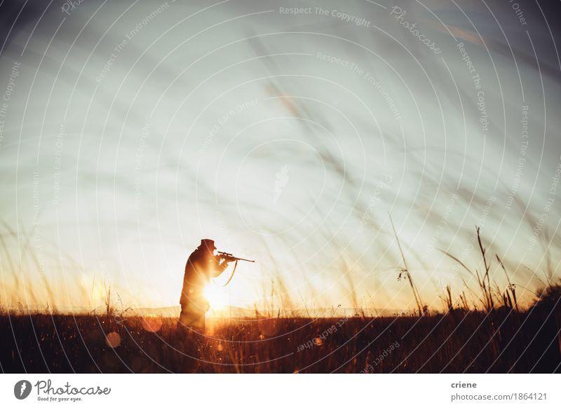 Jägerladenscharfschütze und Schießenopfer im langen Gras im Sonnenaufgang Natur Mann Tier Erwachsene Senior Wiese Lifestyle Freizeit & Hobby Textfreiraum Feld