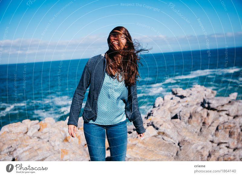 Glückliche junge Frauen, die auf Klippe durch Ozean stehen Lifestyle Erholung Ferien & Urlaub & Reisen Tourismus Sommer Sommerurlaub Sonne Meer Insel feminin
