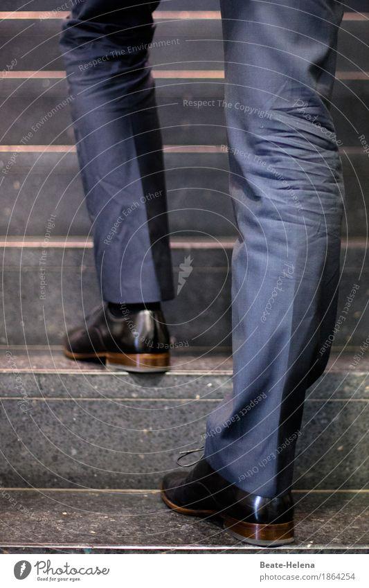 Auf dem Weg nach oben blau Leben Gefühle Beine Stil Business Fuß braun gehen maskulin Treppe Erfolg Macht stark rennen Karriere