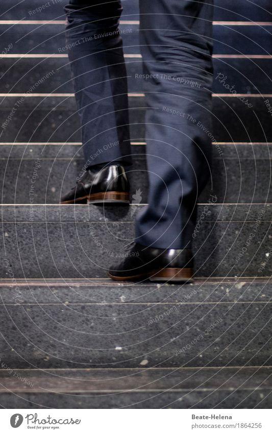 Kurz vor dem Ziel blau schwarz Lifestyle Stil Business Arbeit & Erwerbstätigkeit maskulin Treppe Kraft Erfolg Zukunft Macht Mut Reichtum Karriere Erwartung