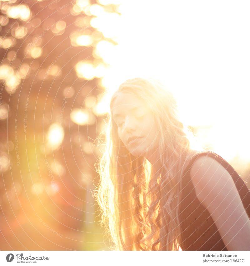 Flut schön Gesicht gelb feminin Haare & Frisuren hell Gegenlicht Mensch gold Porträt leuchten genießen atmen Behaarung