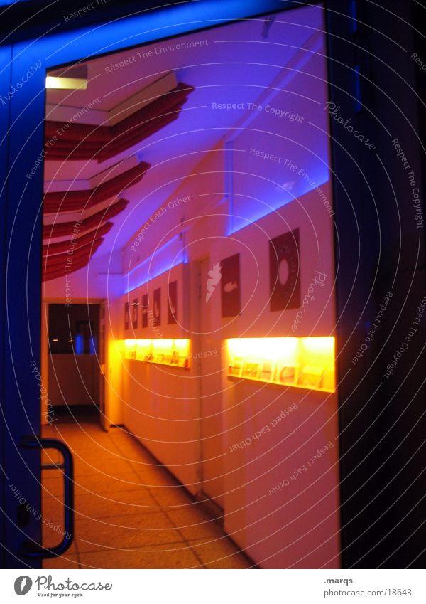Eingang gelb rot Licht Fototechnik Farbe Tür blau Gang