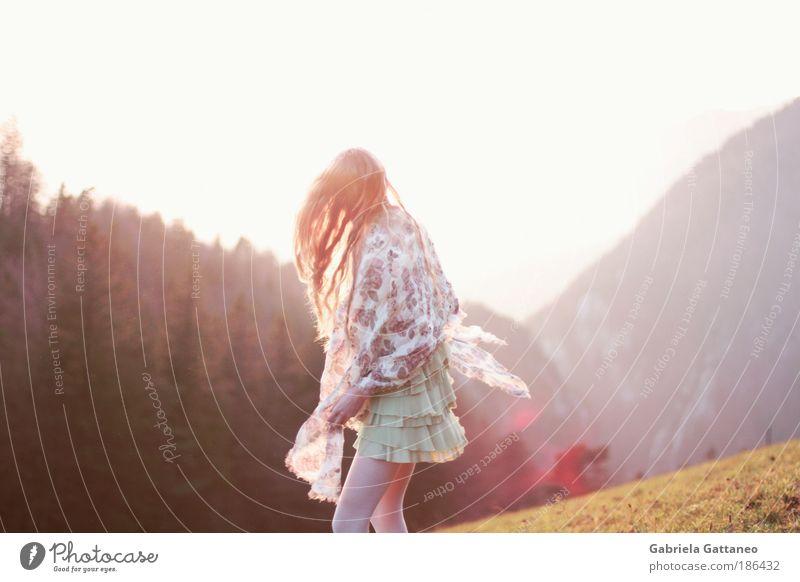 Sonne im Netz feminin Landschaft Berge u. Gebirge Haare & Frisuren Stimmung frei stehen leuchten Hügel drehen Mensch Geschwindigkeit erstarren