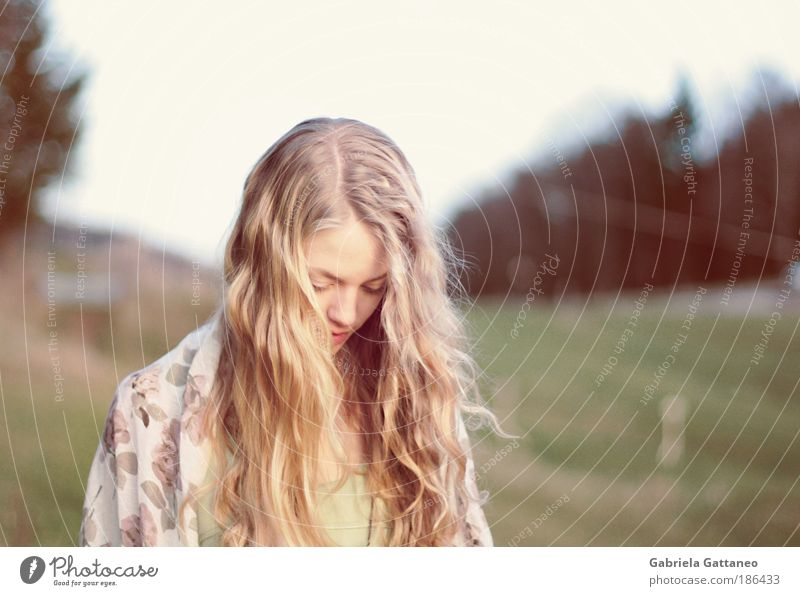 TRÄUM LAUTER feminin Kopf Haare & Frisuren Gesicht Landschaft Hügel Schal blond langhaarig schön Gefühle träumen Sehnsucht Bewegung Identität stagnierend