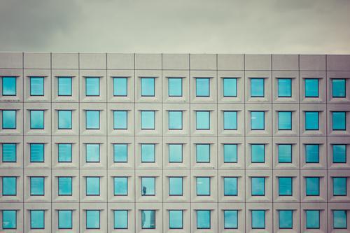 65 Himmel blau Haus Fenster Architektur Wand Gebäude Mauer grau Fassade Linie modern Glas Kraft ästhetisch Beton