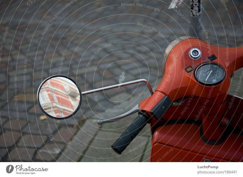 Überwintern. Stadt rot ruhig Winter Straße Europa Kopfsteinpflaster Kleinmotorrad schlechtes Wetter Straßenverkehr Spiegelbild Verkehrsmittel ungemütlich Motorrad Sammlerstück