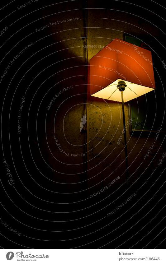 Die Lampe alt rot ruhig Lampe dunkel Wand Stein Mauer braun Metall dreckig Design gold ästhetisch retro Romantik