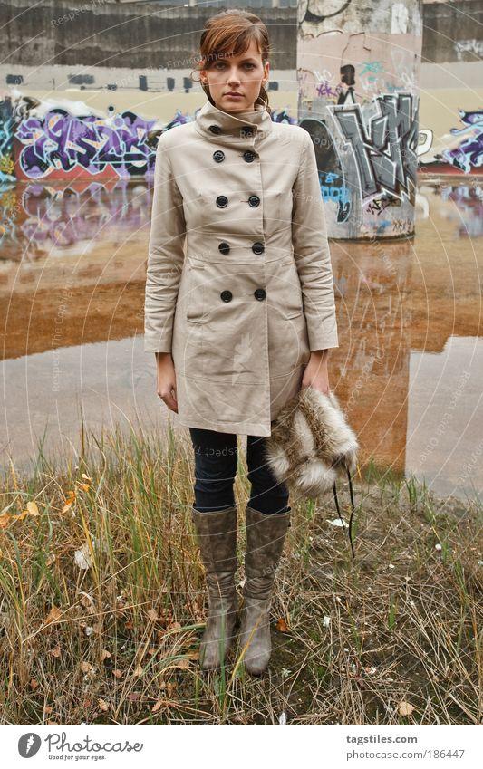 ABGESTELLT Frau Mensch Jugendliche Wasser Kunst Reflexion & Spiegelung Graffiti trashig brünett Mantel attraktiv bemalt Wasseroberfläche Wasserspiegelung