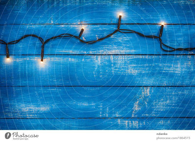 Elektrische Girlande mit leuchtenden Lichtern Dekoration & Verzierung Lampe Silvester u. Neujahr Holz alt dunkel retro blau Hintergrund altehrwürdig elektrisch