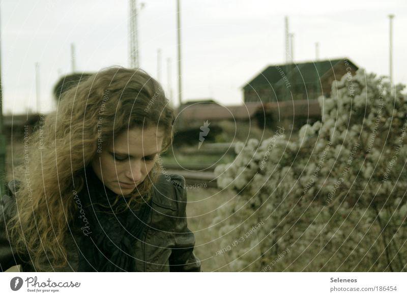 Gedanken verloren Haare & Frisuren Gesicht feminin Junge Frau Jugendliche Kopf Natur Landschaft Pflanze Sträucher Bahnhof Jacke Leder Schal langhaarig Locken