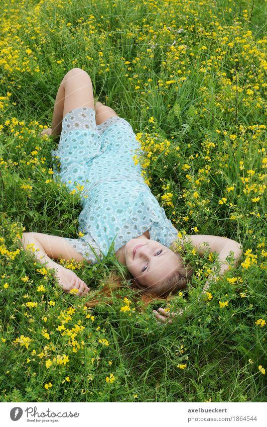 junge Frau liegt kopfüber auf Blumenwiese Mensch Frau Natur Jugendliche Sommer Junge Frau Blume Erholung Freude Mädchen 18-30 Jahre Erwachsene Frühling Wiese Lifestyle Gras