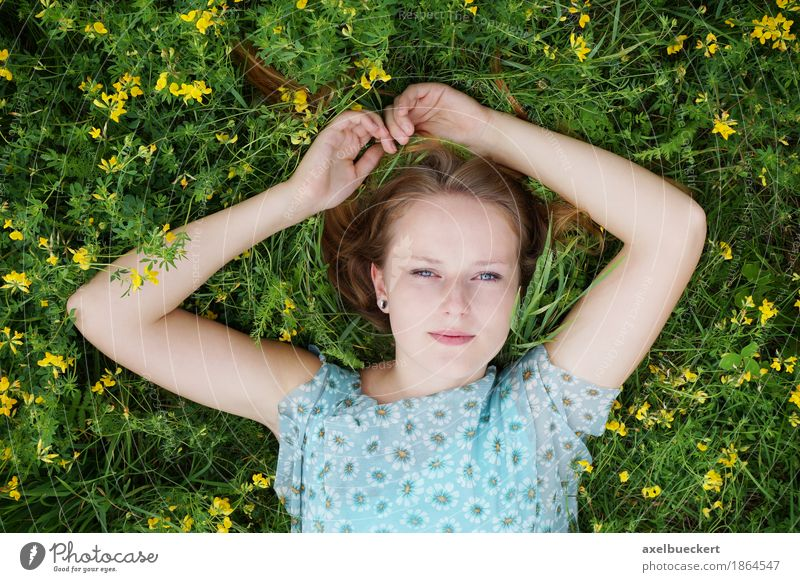junge Frau liegt auf Blumenwiese Mensch Natur Jugendliche Sommer schön Junge Frau Erholung 18-30 Jahre Erwachsene Frühling Wiese Lifestyle Gras feminin