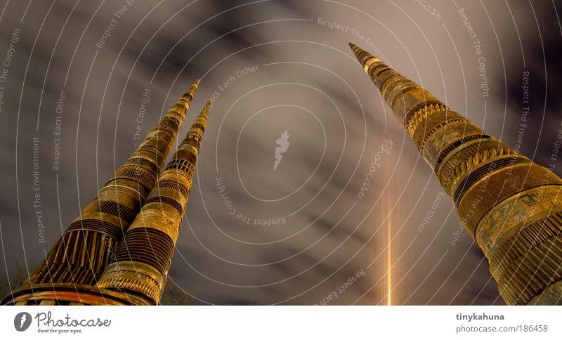 Zahnradskulptur Kunst Skulptur Wolken Nachthimmel Ulm Metall Stahl Rost modern braun gelb gold Kultur Farbfoto Außenaufnahme Menschenleer Kunstlicht Licht