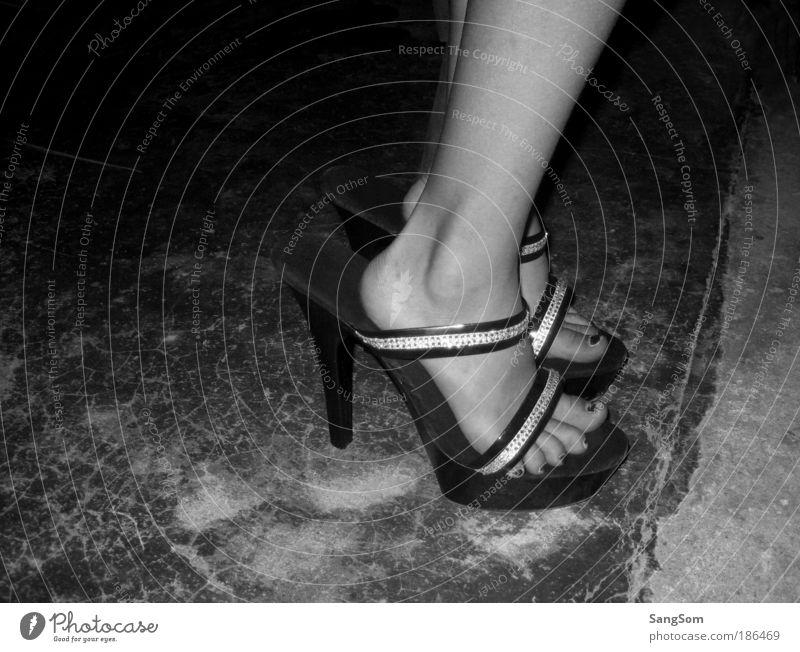 small girl and big shoes Mensch Sommer Freude schwarz feminin Fuß Schuhe Kindheit Tanzen gehen Nacht laufen groß Begeisterung Erfahrung Damenschuhe