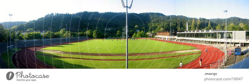 Stadion Sport Spielen Feld laufen Fußball groß Studium Eisenbahn Rasen werfen Panorama (Bildformat) Sportveranstaltung Scheinwerfer Sportler Ausdauer üben