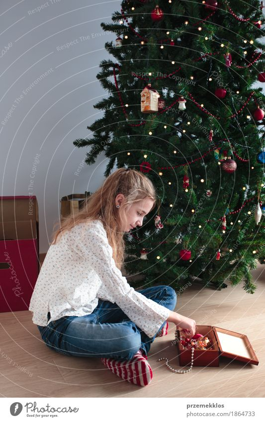 Junges Mädchen, das zu Hause Weihnachtsbaum verziert Lifestyle Freude Dekoration & Verzierung Feste & Feiern Weihnachten & Advent Mensch Kind 1 8-13 Jahre