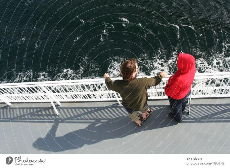bordgespraeche Mensch Ferien & Urlaub & Reisen ruhig Ferne Wasserfahrzeug Erholung sprechen Paar Freundschaft Wellen warten Ausflug Tourismus stehen beobachten Schifffahrt