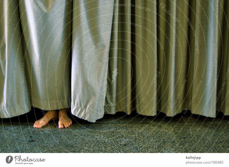 liebhaber Lifestyle Häusliches Leben Wohnung Haus maskulin Beine Fuß stehen Kontakt Schutz Vorhang Versteck entdecken Scham Zehen Faltenwurf fussboden Barfuß