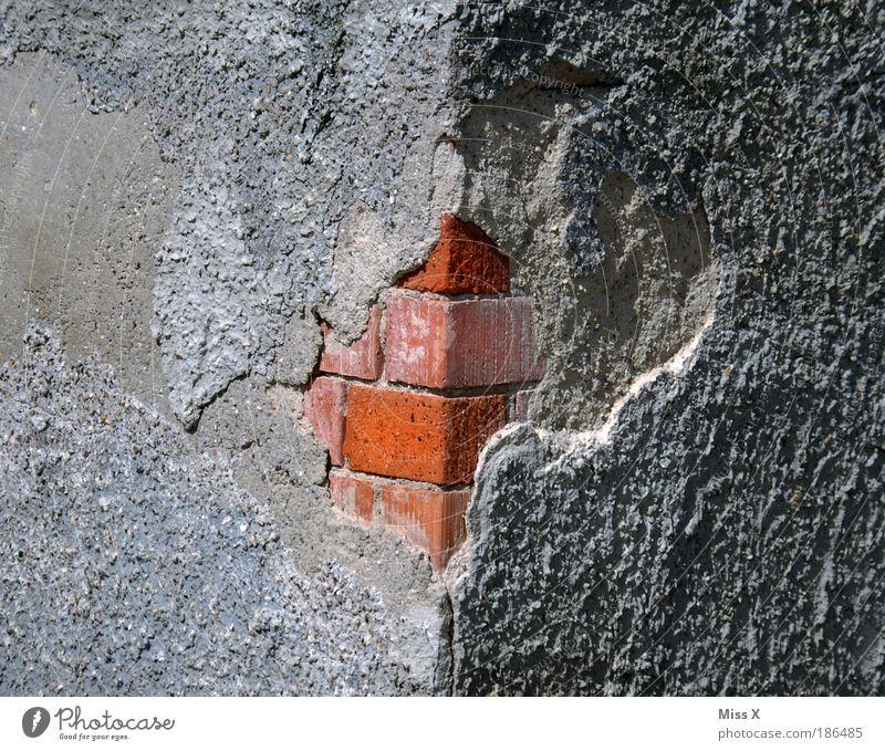 Hinter der Fassade alt Haus Wand Stein Mauer Baustelle trist Detailaufnahme Häusliches Leben Vergänglichkeit Verfall Bauwerk Ruine Gebäude Riss