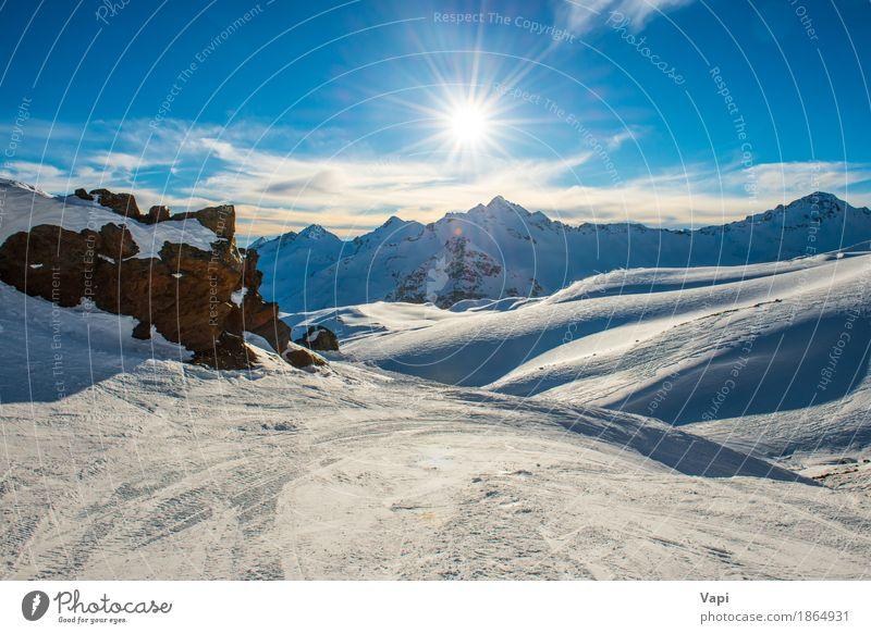 Blaue Berge Snowy in den Wolken bei Sonnenuntergang Ferien & Urlaub & Reisen Tourismus Abenteuer Winter Schnee Winterurlaub Berge u. Gebirge Sport Klettern