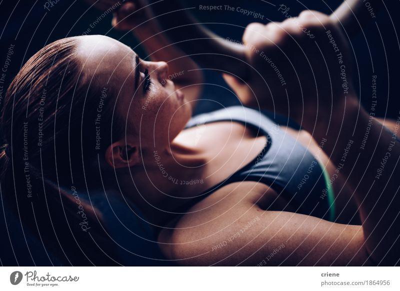 Muskulöse starke junge Frau, die Eignungstraining tut Lifestyle sportlich Leben Freizeit & Hobby Sport Fitness Sport-Training Sportler Junge Frau Jugendliche