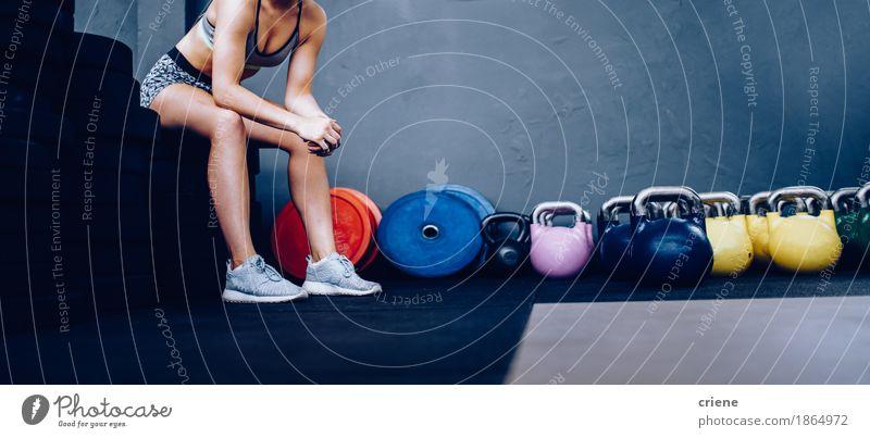 Detail des Mädchens stillstehend auf Gewichten in der Turnhalle sitzend Lifestyle sportlich Fitness Leben Freizeit & Hobby Sport Sport-Training Mensch