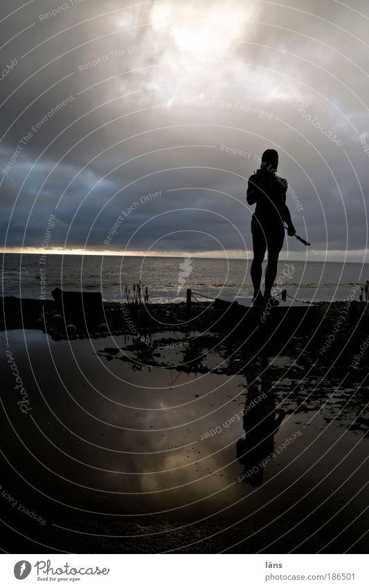 da steh ich nun Kunstwerk Skulptur Umwelt Erde Wasser Himmel Wolken Wetter schlechtes Wetter Küste Strand bedrohlich dunkel standhaft Endzeitstimmung