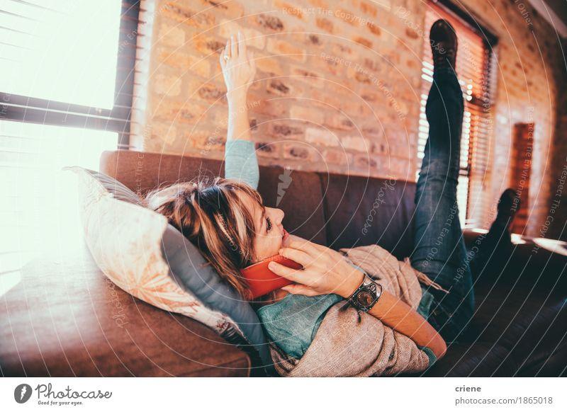 Reife kaukasische Frauenunterhaltung aufgeregt auf Smartphone Lifestyle Glück Haus Wohnzimmer Büroarbeit Telekommunikation Business Erfolg sprechen Telefon