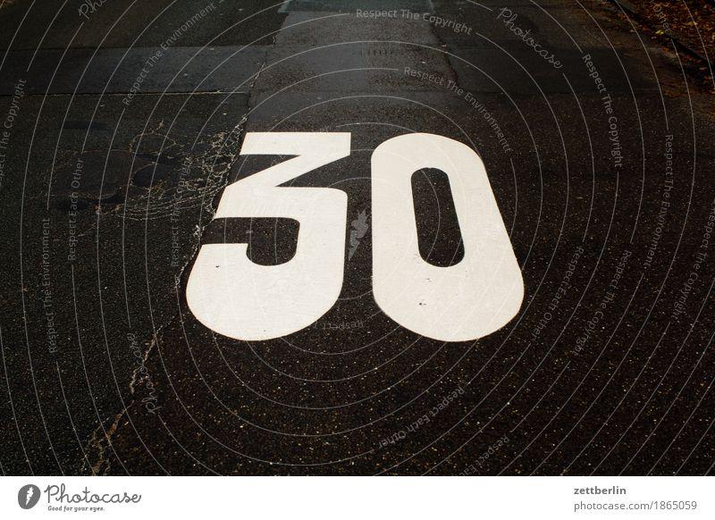 30 Asphalt Geschwindigkeit Geschwindigkeitsbegrenzung Jubiläum langsam Spielstraße Straße Textfreiraum Verkehr Wege & Pfade Ziffern & Zahlen 30er Zone