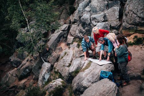 Gruppe Mischalterleute auf der Wanderung Spur auf Karte überprüfend Frau Ferien & Urlaub & Reisen Jugendliche Mann Freude Wald 18-30 Jahre Berge u. Gebirge