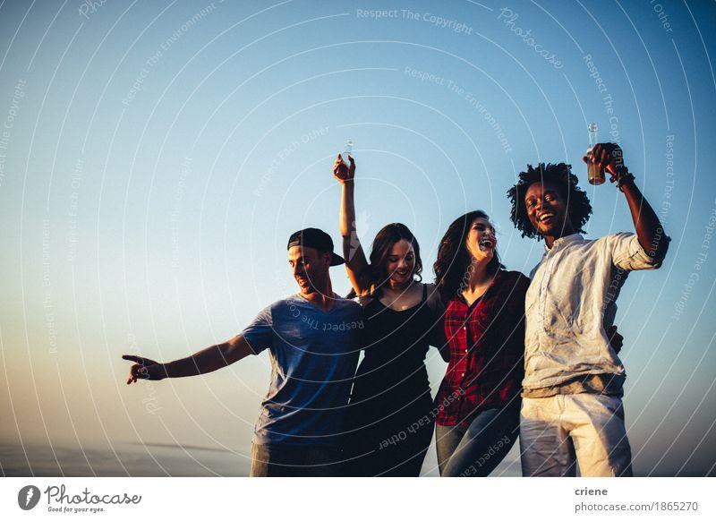 Multi ethnische Gruppe Freunde, die auf Musikfestival tanzen Lifestyle Freude Freiheit Entertainment Party Veranstaltung ausgehen Feste & Feiern Tanzen trinken