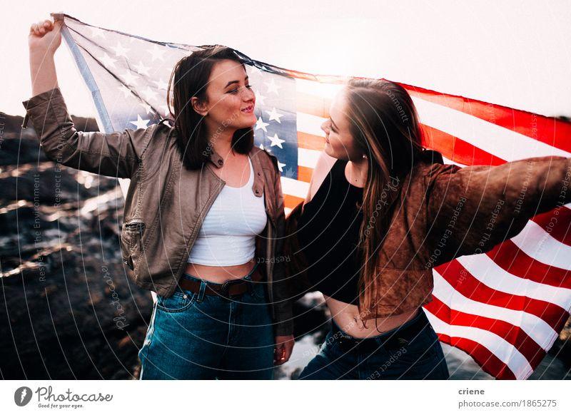 Jugendlichen, welche die USA-Markierungsfahne im Freien anhalten Lifestyle Freude Ferien & Urlaub & Reisen Tourismus Ausflug Abenteuer Freiheit Sommerurlaub