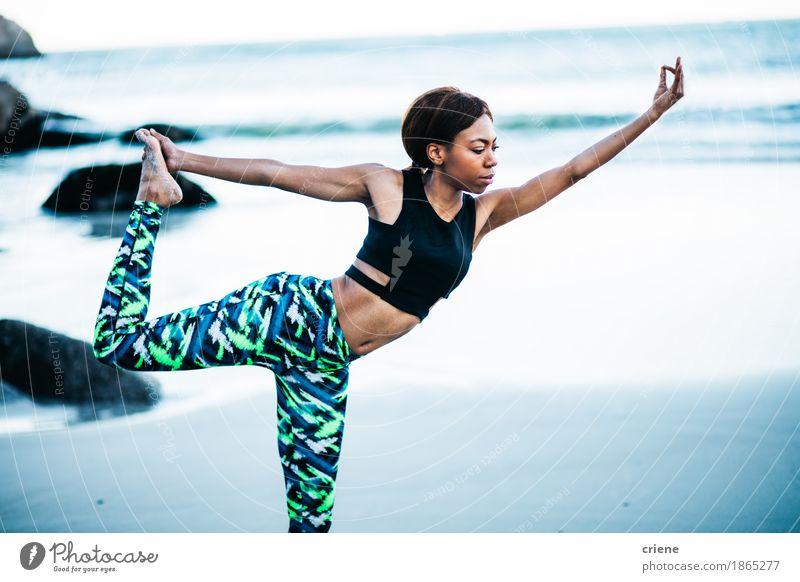 Die afrikanischen Frauen, die Yoga tun, werfen auf Strand am frühen Morgen auf Mensch Natur Ferien & Urlaub & Reisen Jugendliche schön Junge Frau Meer Erholung