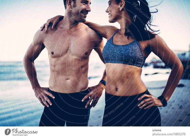 Nahaufnahme der muskulösen Körper des jungen Erwachsenen auf dem Strand Jugendliche Junge Frau Junger Mann Erotik Freude 18-30 Jahre Leben Lifestyle Sport
