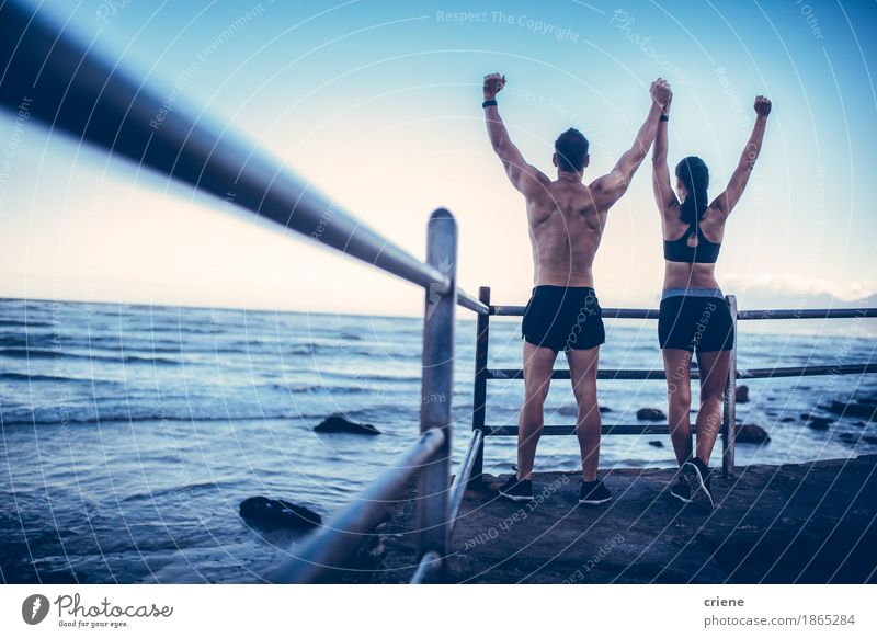 Das junge erwachsene kaukasische Paar, das tut, erobert Haltung nach Lauf Mensch Jugendliche Junge Frau Junger Mann Freude Strand 18-30 Jahre Erwachsene Leben