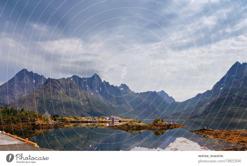 Norwegen Insel im Fjord. Bewölkter nordischer Tag. Erholung Ferien & Urlaub & Reisen Tourismus Freiheit Camping Sommer Strand Meer Schnee Berge u. Gebirge Haus
