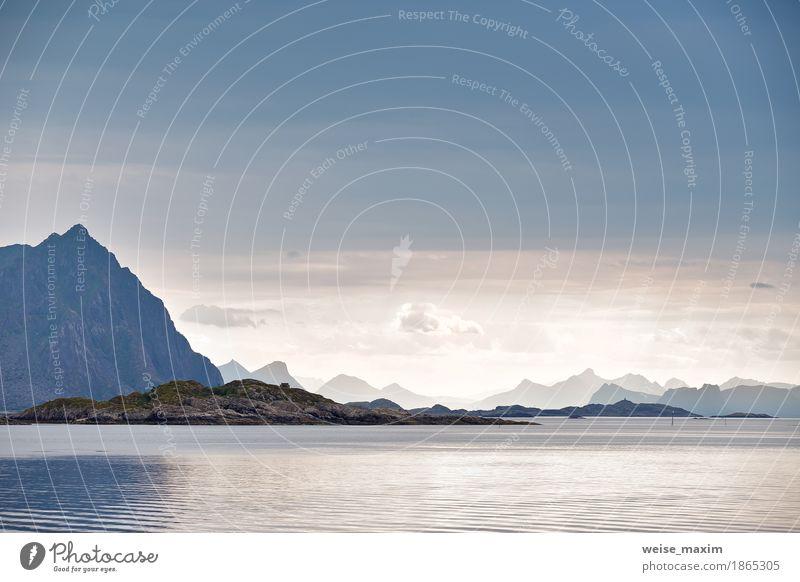 Norwegen Fjord und Lofoten Inseln. Bewölkter nordischer Tag. Ferien & Urlaub & Reisen Tourismus Ausflug Abenteuer Ferne Sommer Strand Meer Berge u. Gebirge