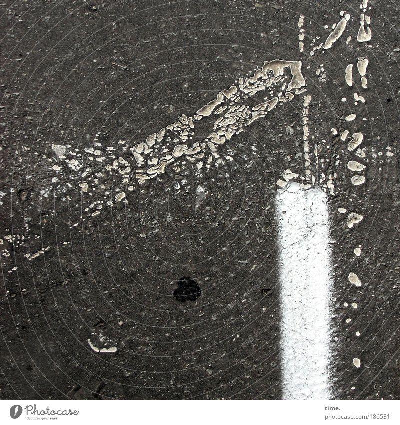Phantasie in Asphalt weiß Sonne Farbe grau Stein Wärme Beton Platz Schriftzeichen außergewöhnlich Zeichen Hinweisschild Verkehrswege Autofahren Parkplatz
