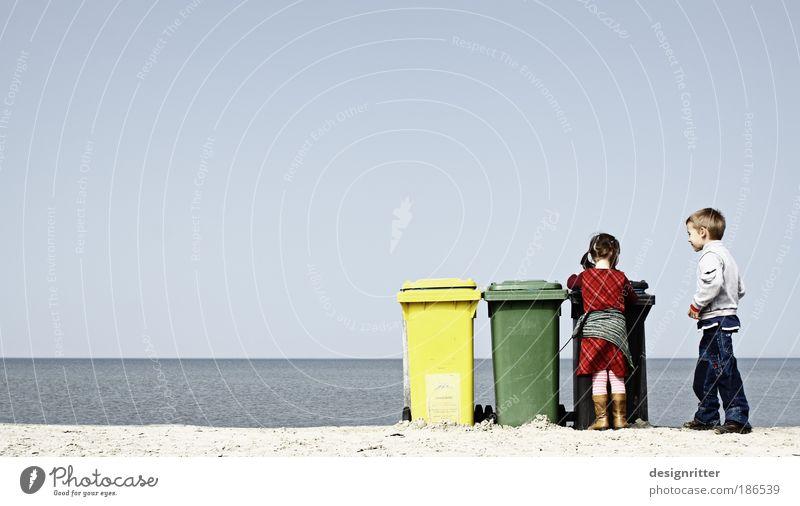 Ordnung muss sein Mensch Kind Mädchen Himmel Meer Sommer Strand Ferien & Urlaub & Reisen Ferne Recycling Junge Freiheit Tourismus Sauberkeit Müll