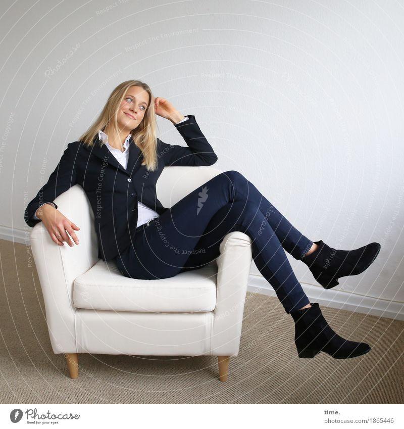 . Sessel Raum feminin 1 Mensch Hemd Hose Jacke Stiefel blond langhaarig Lächeln Blick sitzen lustig schön Freude Glück Fröhlichkeit Zufriedenheit Lebensfreude