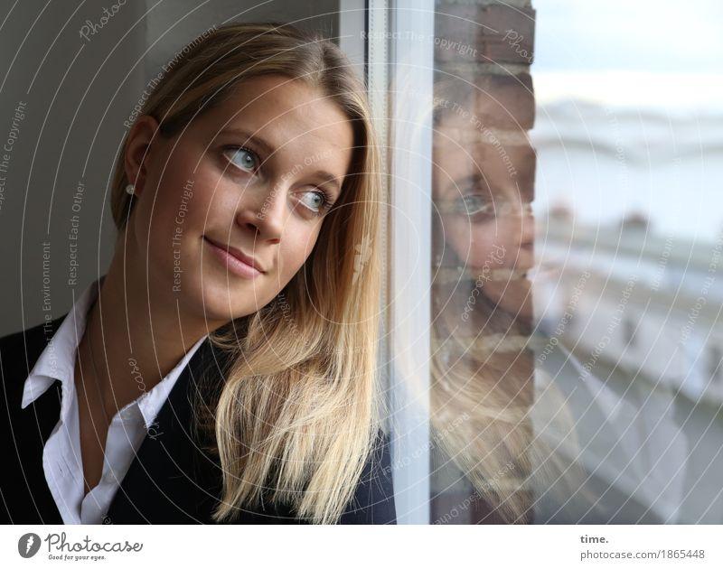 . Raum feminin 1 Mensch Mauer Wand Fenster Hemd Jacke Schmuck Ohrringe blond langhaarig beobachten Erholung Lächeln Blick schön Zufriedenheit Lebensfreude
