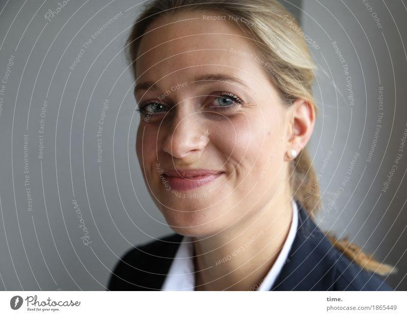 . feminin 1 Mensch Hemd Jacke blond langhaarig Zopf beobachten Denken Lächeln Blick warten Freundlichkeit schön Zufriedenheit Lebensfreude Vorfreude Akzeptanz
