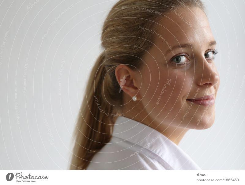 . feminin 1 Mensch Hemd Schmuck Ohrringe blond langhaarig Zopf beobachten Lächeln Blick schön Glück Zufriedenheit Lebensfreude Optimismus Vertrauen Sympathie