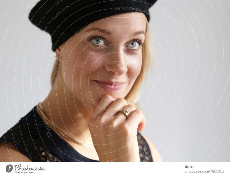 . Mensch schön Freude Leben feminin Glück Zufriedenheit blond ästhetisch Fröhlichkeit Lächeln Lebensfreude beobachten Freundlichkeit Neugier Kleid