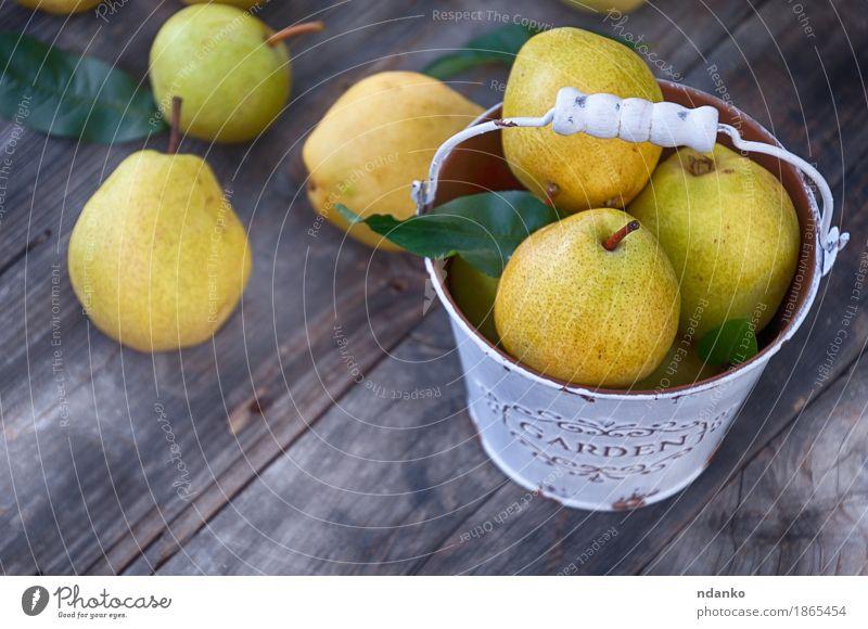 Reife Birnen in einem Metalleimerweiß Frucht Dessert Ernährung Vegetarische Ernährung Diät Sommer Tisch Natur Herbst Holz alt frisch lecker natürlich retro gelb