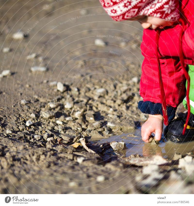 Steinchen Mensch Kleinkind Mädchen Kindheit Kopf Hand Finger 1 1-3 Jahre Natur Erde Wasser Wassertropfen Herbst beobachten entdecken fangen hocken machen