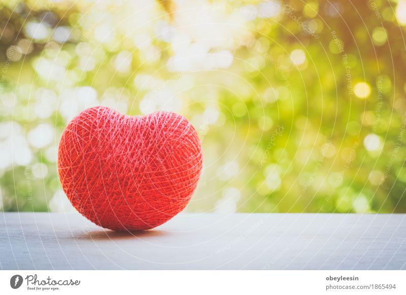 rotes Herz der Liebe mit Schnur gemacht Natur Freude Lifestyle Stil Kunst Glück Design Abenteuer Künstler